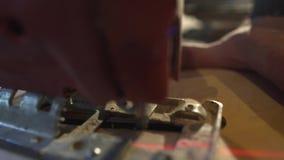 Zagende houten raads elektrische figuurzaag stock footage