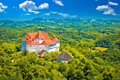 Zagorje地区田园诗绿色风景与Veliki塔博尔塑象的 库存图片