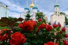 Zagorsk Drievuldigheid Sergius Lavra Kathedraal en bloemen royalty-vrije stock afbeelding