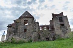 Zagorz podkarpackie/Polen - April, 29, 2019: Förstörd kloster i Centraleuropa Fördärvar av den historiska templet royaltyfria foton