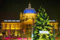 Zagreb Art Pavilion mit verziertem grünem Weihnachtsbaum, Kroatien Lizenzfreies Stockfoto