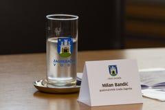Zagreb, CHORWACJA †'Kwiecień 3, 2017: miast szkła przy Mediolańskim Bandic i insygnia, mayor Zagreb, w konferenci prasowej Fotografia Stock