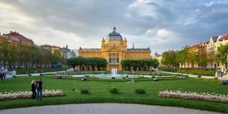 Zagreb, Chorwacja, Kwiecień 24, 2019: Ludzie cieszy się w ładnym wiosna dniu w parkowym sztuka pawilonie w kolorowym parku obraz royalty free