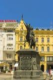 Zagreb, Croácia - 2013: Uma grande estátua da proibição Josip Jelacic em um cavalo situado no quadrado de Ban Jelacic, criado pel foto de stock