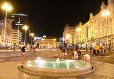 Zagreb, Croacia - agosto de 2017: Cuadrado de Jelacic de la prohibición en la noche, Zagr fotografía de archivo libre de regalías
