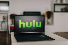 ZAGREB, CROACIA - 20 DE DICIEMBRE DE 2015: Logotipo de Hulu en la pantalla moderna del ordenador portátil Hulu es una compañía y  imágenes de archivo libres de regalías