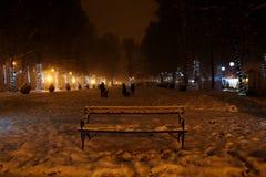 Zagreb, Croacia: 6 de enero de 2016: Familia que juega en la nieve durante noche en el parque de Zrinjevac en Zagreb en invierno  Foto de archivo libre de regalías