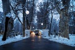 Zagreb, Croacia: 6 de enero de 2016: Mercado del advenimiento con los foodstalls en la noche con las luces de la decoración con n Imagenes de archivo
