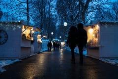 Zagreb, Croacia: 6 de enero de 2016: Mercado del advenimiento con los foodstalls y luces con vistors en la noche con nieve en el  Imagenes de archivo