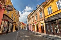 ZAGREB, CROACIA - 29 DE JULIO DE 2016: Vieja opinión de la calle de la ciudad con los edificios coloridos de la arquitectura foto de archivo libre de regalías