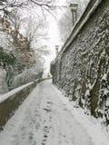 ZAGREB, CROACIA - FEBRERO DE 2015: Trayectorias nevadas y pasos en la vieja parte de Zagreb Imágenes de archivo libres de regalías