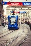 Zagreb, Croacia Muchedumbre y tranvía de la calle Imagenes de archivo