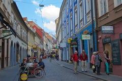 Zagreb, Croacia - octubre de 2017: Turistas que hacen compras y que se relajan en la ciudad superior de Zagreb, Croacia Imagen de archivo
