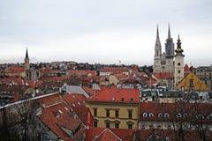 Zagreb, Croacia, paisaje urbano con los tejados viejos, y la catedral, 1 Fotos de archivo libres de regalías