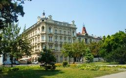 Zagreb, Croacia - 07/19/2015 - vista del edificio viejo en el centro de ciudad, arquitectura hermosa, día soleado fotografía de archivo