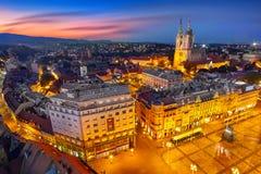 Zagreb Croatia en la puesta del sol Vista desde arriba del cuadrado de Jelacic de la prohibición imágenes de archivo libres de regalías