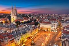 Zagreb Croatia en la puesta del sol Vista desde arriba del cuadrado de Jelacic de la prohibición fotos de archivo