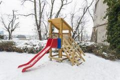 ZAGREB, CROATIE - février 2018 glissière rouge d'A dans un terrain de jeu d'enfants couvert de neige blanche photographie stock