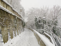 ZAGREB, CROATIE - FÉVRIER 2015 : La neige a couvert le chemin à Zagreb en Croatie photo stock