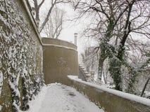 ZAGREB, CROATIE - MARS 2015 : La neige a couvert le chemin de la vieille ville de Zagre photographie stock