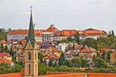 Zagreb-Dachspitzen und Kirchturm Lizenzfreie Stockfotos