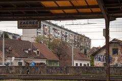 Zagreb för huvudsaklig station tecken - Kroatien. Byggnader i bakgrunden Arkivbild