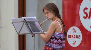 Zagreb gatamusiker/ung kvinna/flöjtist Arkivfoto