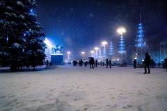 Zagreb huvudsaklig fyrkant på natten med julträd under att snöa, Kroatien fotografering för bildbyråer