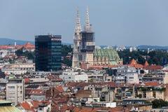 Zagreb, huvudstad av den flyg- sikten för Kroatien - färgrika tak och c Arkivfoton