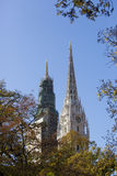 Zagreb-Kathedralentürme und Herbstlaub Stockbild