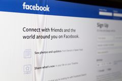 Zagreb, Kroatië - April 18 2019: Het snakken op Webtoepassing Facebook op computer Facebook is Amerikaanse online sociale media e stock fotografie