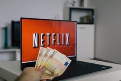 ZAGREB, KROATIË - DECEMBER 20, 2015: Netflixembleem op laptop het scherm Netflix is een internationale leverancier van Internet-s Royalty-vrije Stock Foto