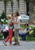 Zagreb, Kroatië/Volwassen Paar die in de Straat dansen stock foto