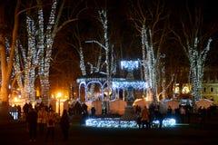 ZAGREB, KROATIEN - 26. DEZEMBER , 2017: Weihnachten verzierte Stadt von Zagreb während Dezembers Stockfotografie