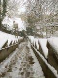 ZAGREB, KROATIEN - FEBRUAR 2015: Schnee bedeckte Treppenhaus im alten Teil von Zagreb in Kroatien Stockfoto