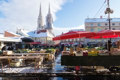 Zagreb, Kroatien: Am 7. Januar 2016: Stand mit roten Sonnenschirmen an Dolac-Markt während der Winterzeit mit Schnee und Kathedra Stockfoto