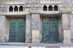 Zagreb kyrklig dörr Arkivfoto