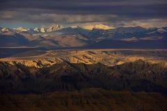 Zagreb till Tibet berget för morgonsolsnö Royaltyfri Foto