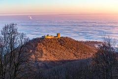 Zagreb under molnen och Medvedgraden fotografering för bildbyråer