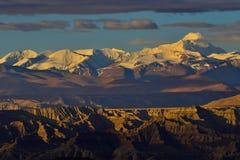 Zagreb vers le Thibet la montagne de neige du soleil de matin Images libres de droits