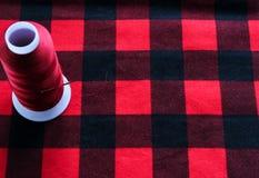 Zagrożenie z igłą na czerwonej tkaninie Zdjęcie Stock
