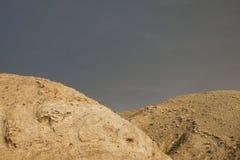 Zagrosbergen in Iran met grijze hemel royalty-vrije stock foto