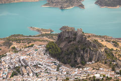 Zahara de la sierra城堡, CÃ ¡ diz, AndalucÃa,西班牙 空气视图 免版税库存照片
