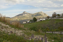 Zahara de la Sierra y picos gemelos: El Tajo Algarin y el Sima de las Grajas fotos de archivo