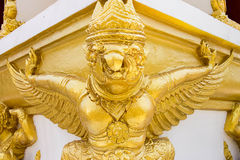 Zahl buddhistischen garuda Engels in einem Tempel Stockfotos