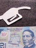 Zahl der Pistole eines Molotowcocktails im Weiß und der mexikanischen Banknote von zwanzig Pesos lizenzfreies stockbild