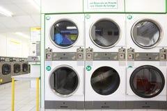 Zahl der weißen und grauen Waschmaschinen Stockbild