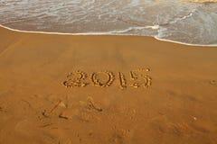 Zahl des Jahres 2015 auf sandigem Strand Stockbild