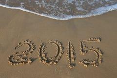Zahl des Jahres 2015 auf sandigem Strand Lizenzfreie Stockfotos