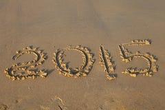 Zahl des Jahres 2015 auf sandigem Strand Stockfotos